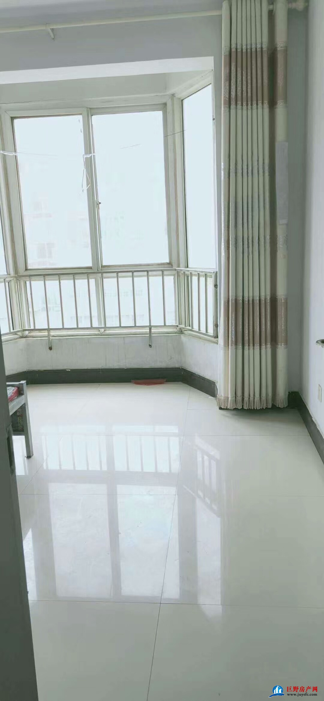 凤凰城步梯五楼120平带车库27平简单装修三室两厅两卫45万有证