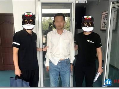 """两男子在菏泽贴""""小广告"""",被警方抓获"""
